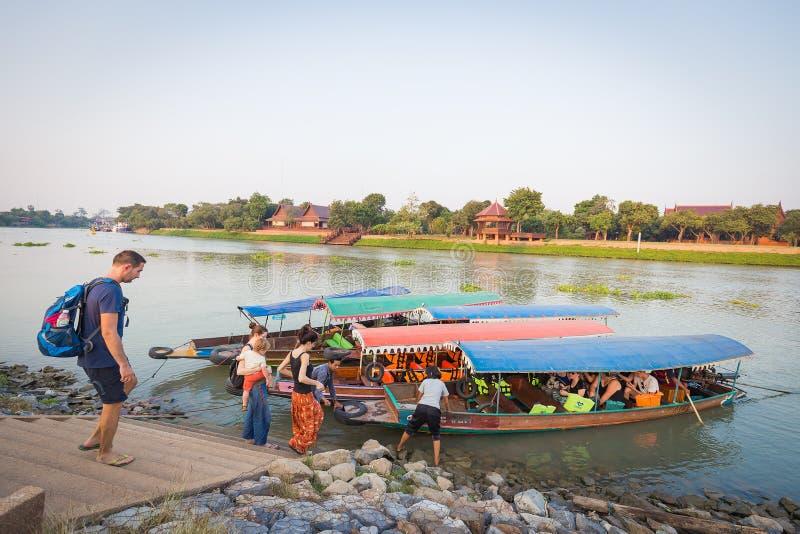 Turistas que esperam para obter no barco foto de stock