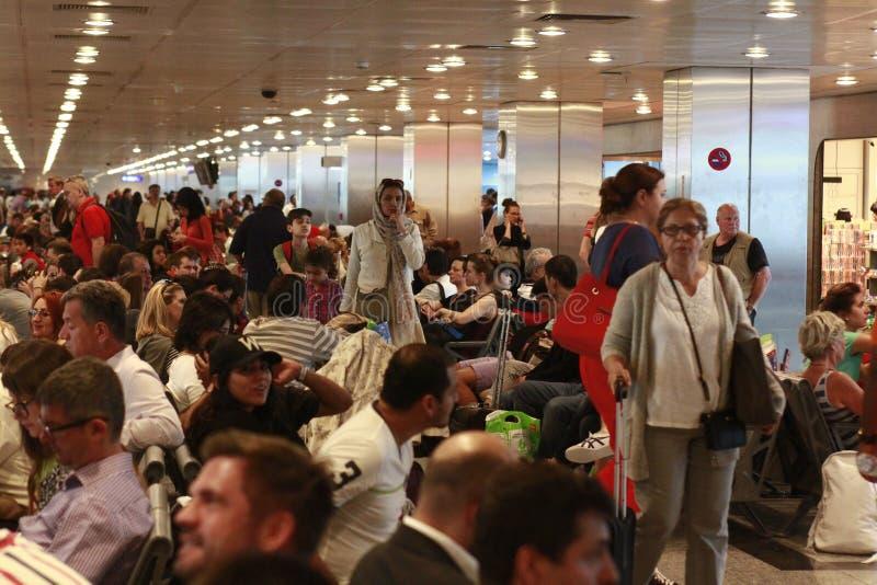 Turistas que esperan el vuelo retrasado Estambul, aeropuerto de Ataturk imagenes de archivo