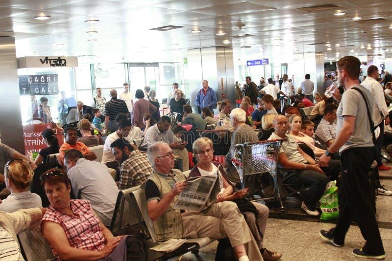 Turistas que esperan el vuelo retrasado Estambul, aeropuerto de Ataturk imagen de archivo