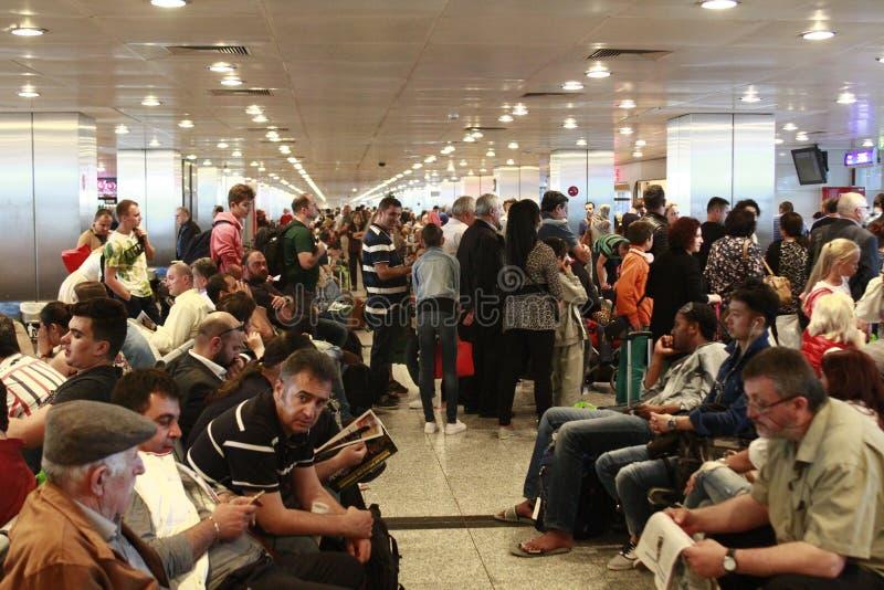 Turistas que esperan el vuelo retrasado Estambul, aeropuerto de Ataturk imágenes de archivo libres de regalías