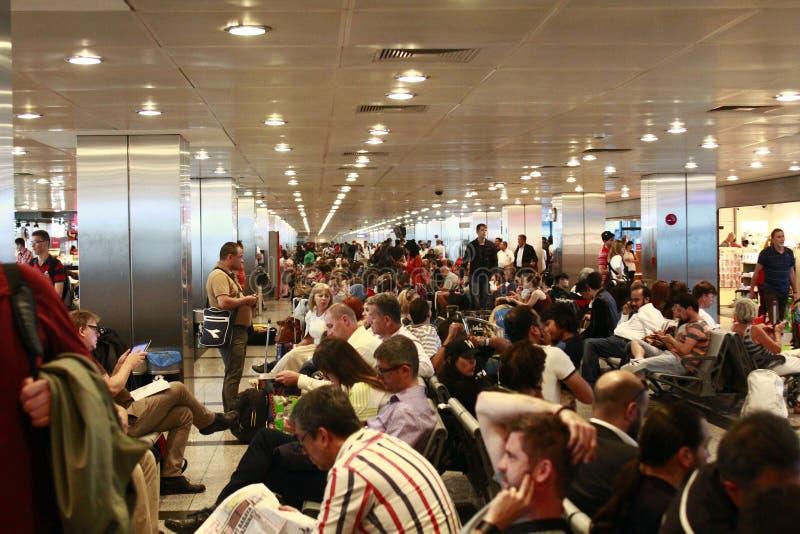 Turistas que esperan el vuelo retrasado Estambul, aeropuerto de Ataturk fotografía de archivo