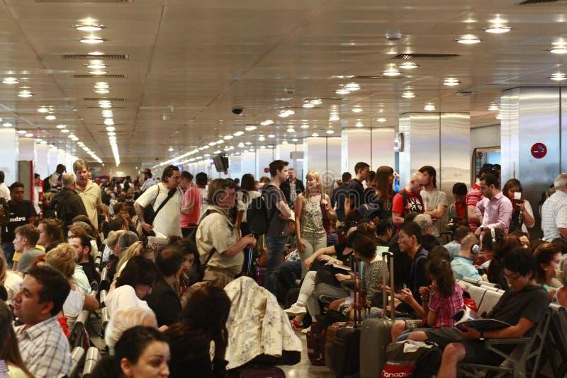 Turistas que esperan el vuelo retrasado Estambul, aeropuerto de Ataturk fotografía de archivo libre de regalías