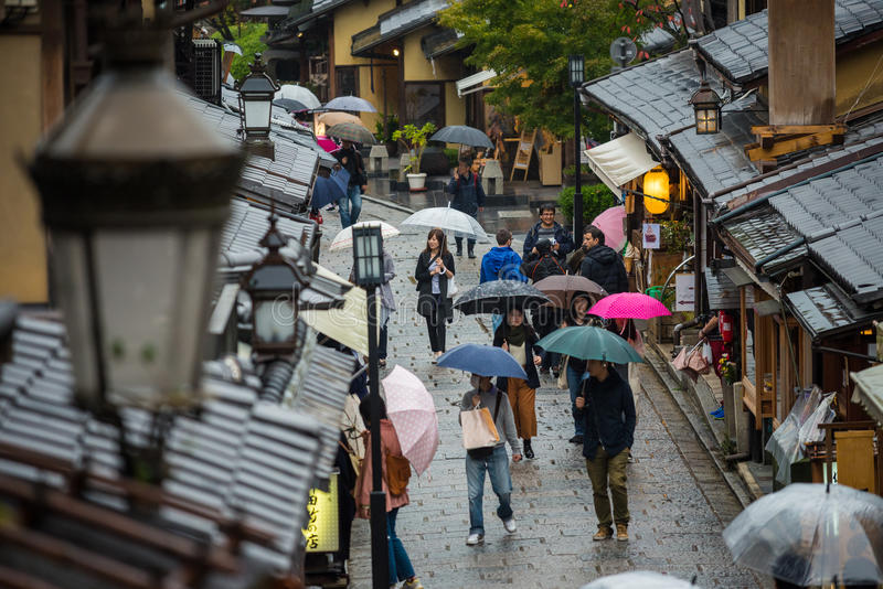 Turistas que esperan en calle que camina antigua cerca del templo de Kiyomizu foto de archivo libre de regalías