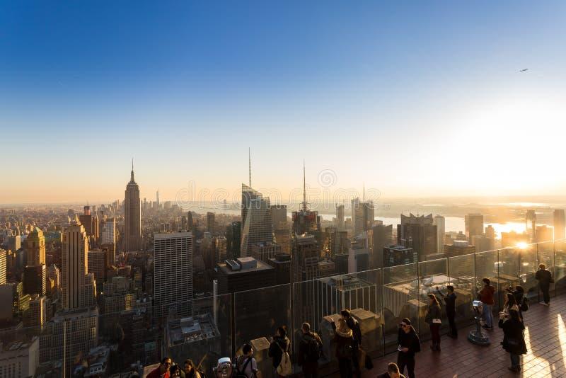 Turistas que esperan la puesta del sol en Nueva York, los E.E.U.U. foto de archivo libre de regalías
