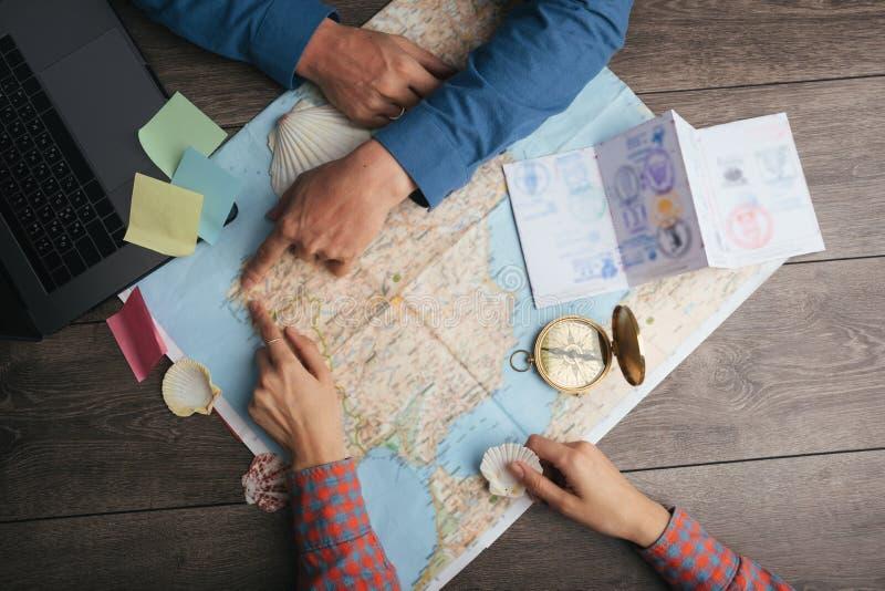 Turistas que exploran el mapa Viaje de la manera de Camino e Santiago del planeamiento Mapa de la visión superior con las manos fotos de archivo libres de regalías