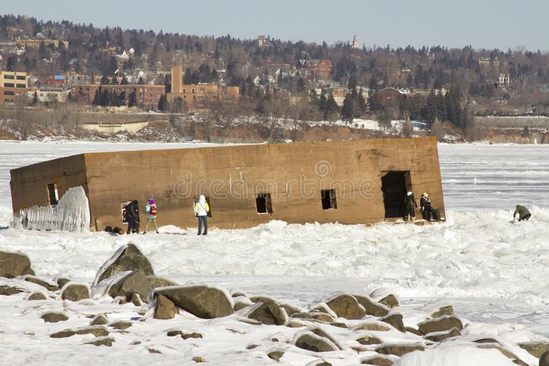 Turistas que exploran el pesebre en el lago Superior congelado en Duluth, M imagen de archivo