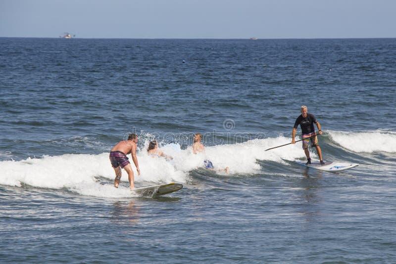 Turistas que fazem a placa de pá na praia de Sayulita foto de stock royalty free
