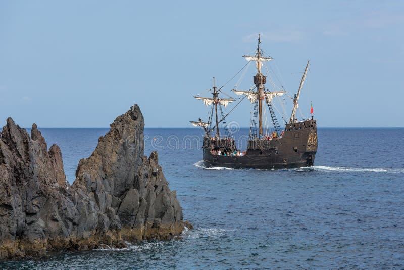 Turistas que fazem um cruzeiro com uma réplica da embarcação foto de stock royalty free