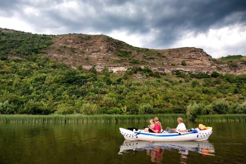 Turistas que flotan en el río foto de archivo