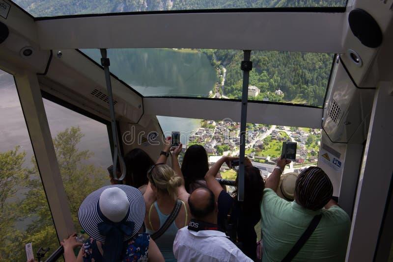Turistas que fotografam Hallstatt, Áustria fotos de stock