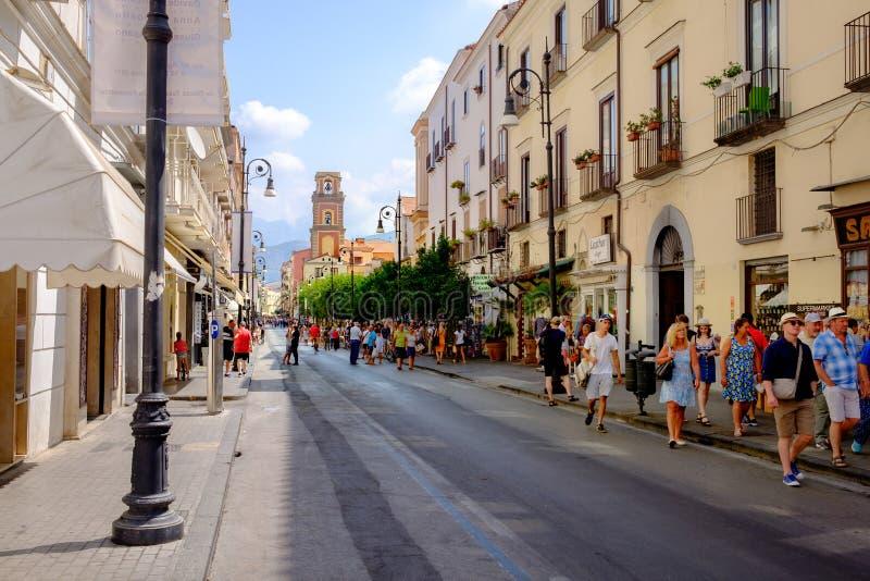 Turistas que hacen compras en Sorrento, Italia fotos de archivo