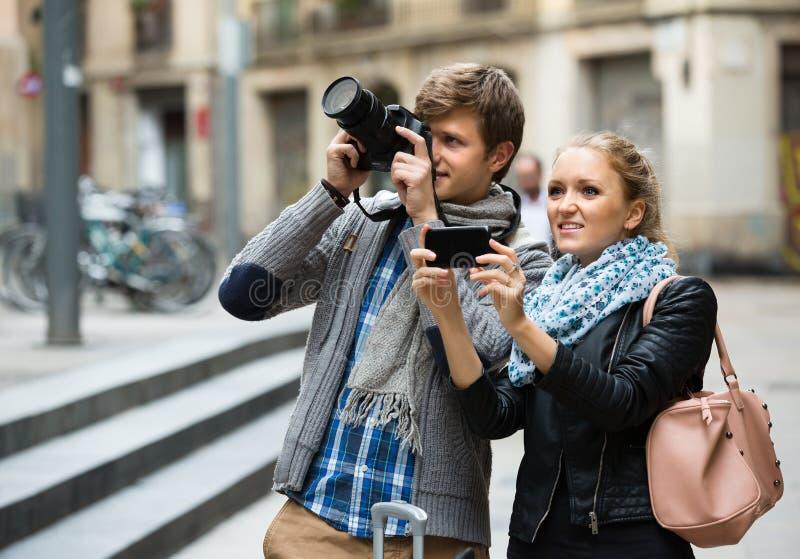 Turistas que hacen la foto en las calles fotos de archivo