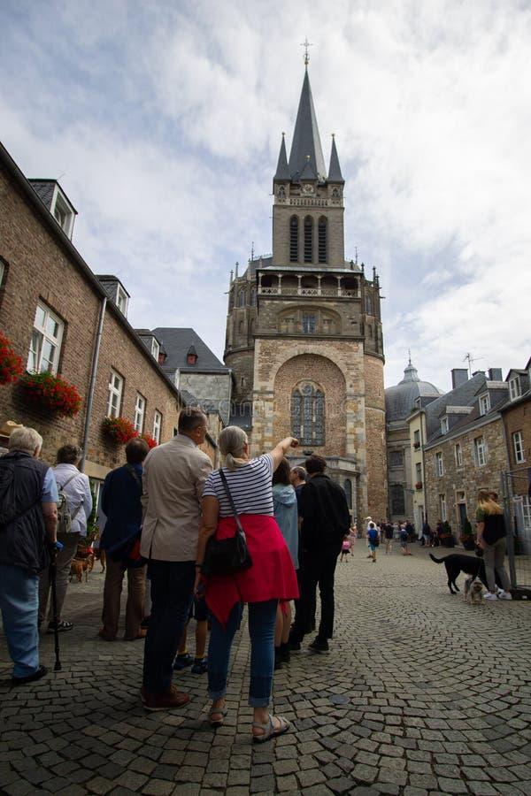 Turistas que hacen turismo los Dom de Aachener fotos de archivo