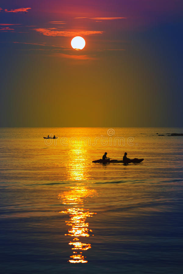 Turistas que kayaking na ilha tropical fotografia de stock