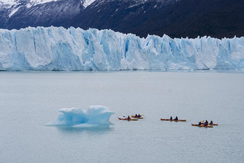 Turistas que kayaking perto do Perito Moreno Glacier em Argentina fotos de stock