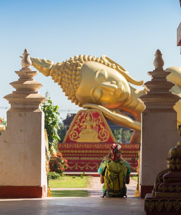 Turistas que levantam na frente do templo no tiro de Tailândia do samui do koh com o alargamento do foco seletivo e da lente, imagem de stock royalty free