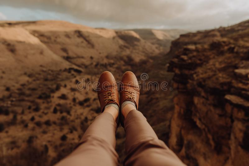 Turistas que levantam para fotos na curvatura em ferradura o Arizona foto de stock