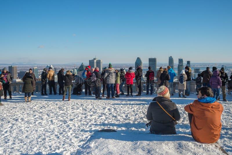 Turistas que miran el horizonte de Montreal fotos de archivo