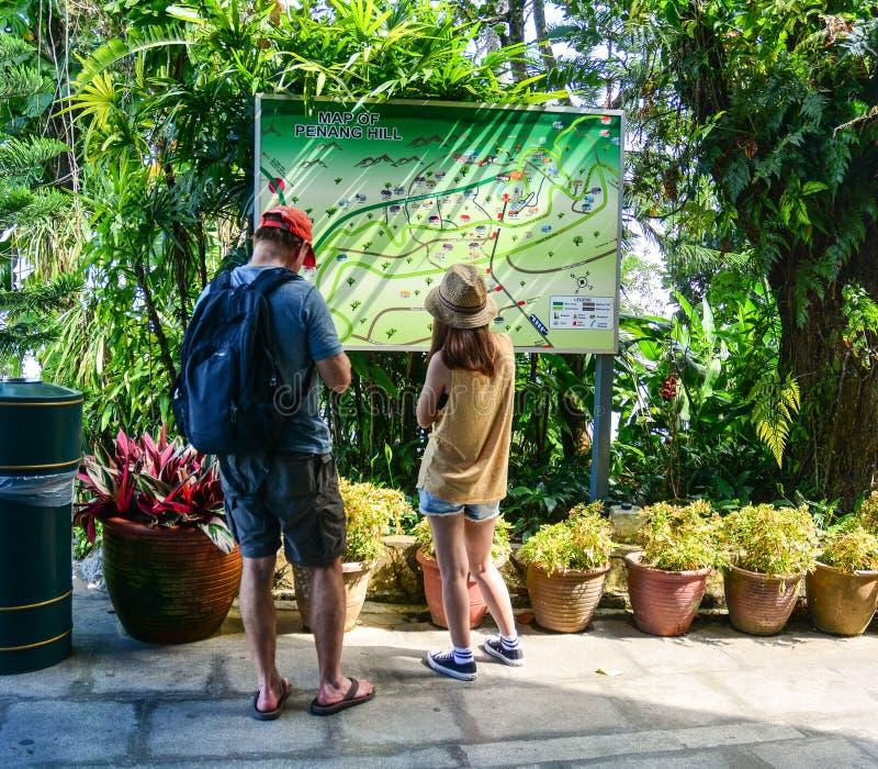 Turistas que miran el mapa en Penang, Malasia imágenes de archivo libres de regalías