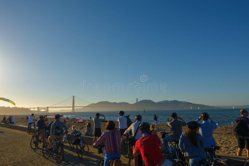 Turistas que miran Golden Gate del puente en la puesta del sol fotos de archivo libres de regalías