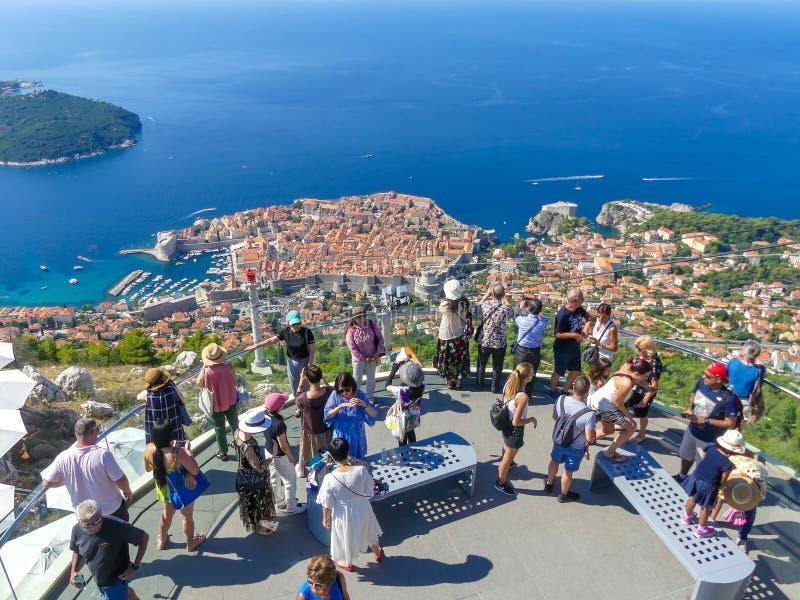 Turistas que miran hacia fuera sobre la opinión del panorama de la ciudad vieja de Dubrovnik fotos de archivo