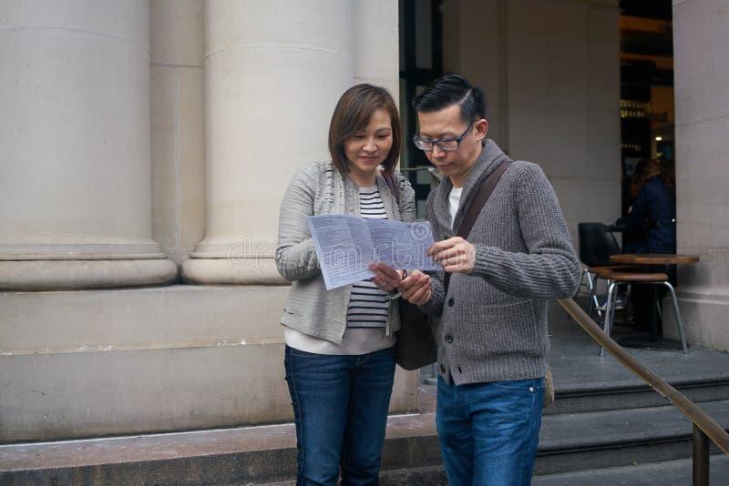 Turistas que miran la correspondencia fotos de archivo libres de regalías