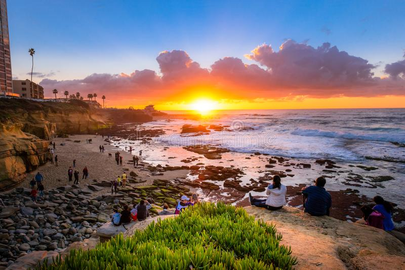 Turistas que miran la puesta del sol beautifal en La Jolla imagen de archivo