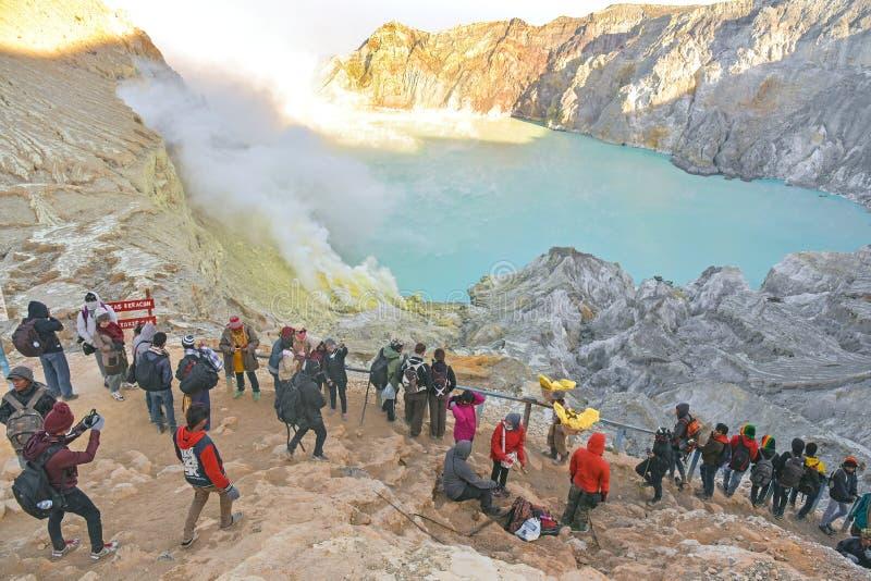 Turistas que miran la visión Kawah Ijen imágenes de archivo libres de regalías