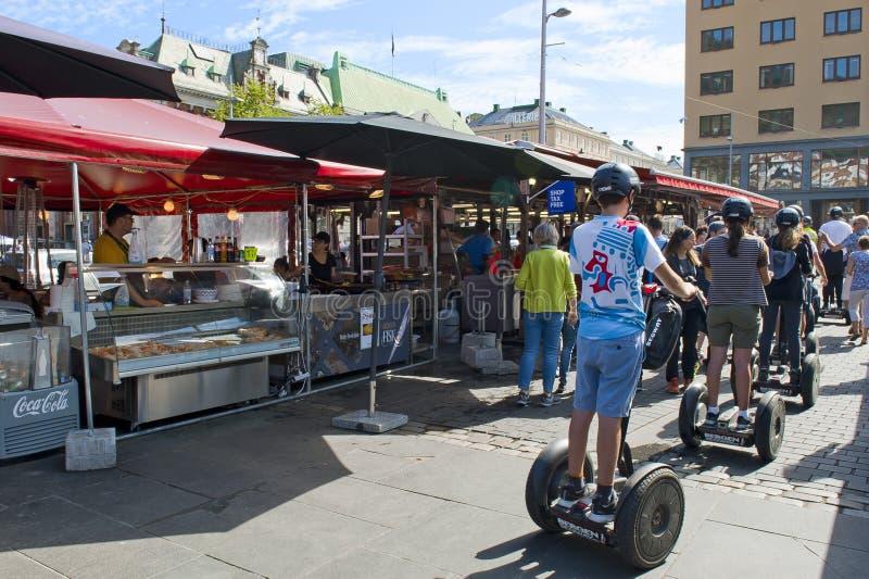 Turistas que montan segways en el mercado de pescados en Bergen imágenes de archivo libres de regalías