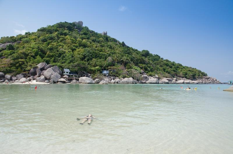 Turistas que nadam no mar de um recurso tropical, Tailândia imagem de stock