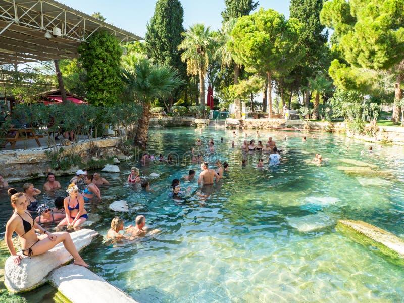 Turistas que nadan en la piscina termal antigua de Cleopatra en la ciudad antigua de Hierabis, Pamukkale, Turquía imagen de archivo
