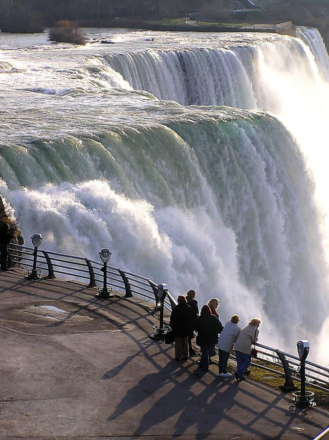 Turistas que olham a cachoeira magnífica Niagara Falls, EUA fotos de stock