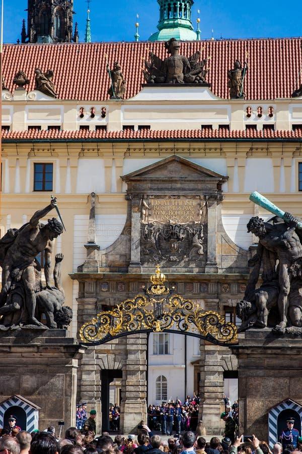 Turistas que olham a mudança do protetor do meio-dia na entrada do castelo de Praga imagem de stock royalty free