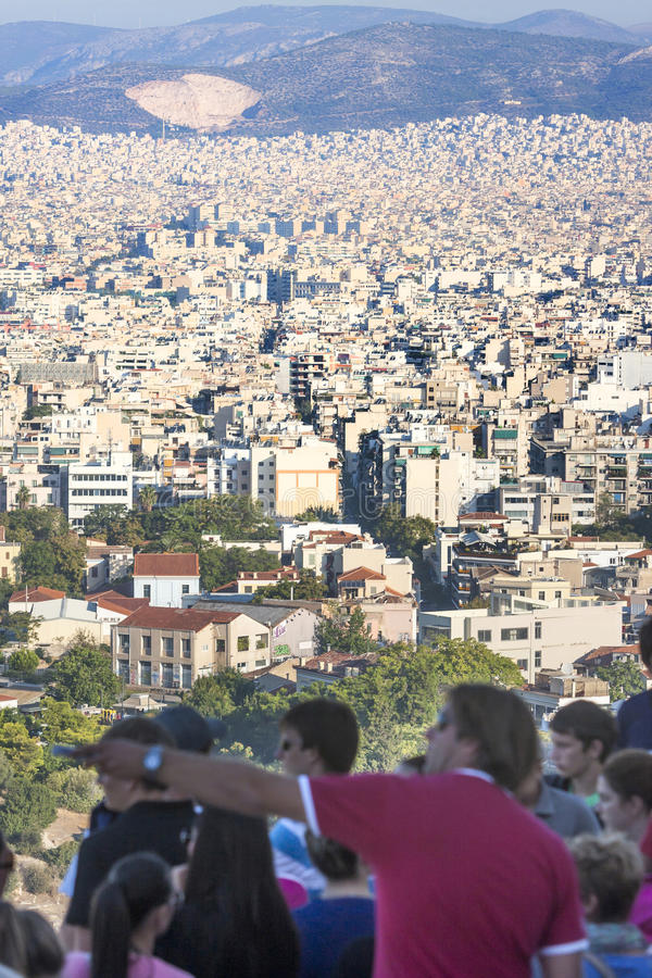 Turistas que olham o panorama da cidade de Atenas em Grécia imagem de stock