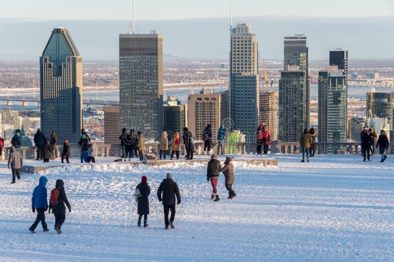 Turistas que olham a skyline de Montreal no inverno fotografia de stock royalty free