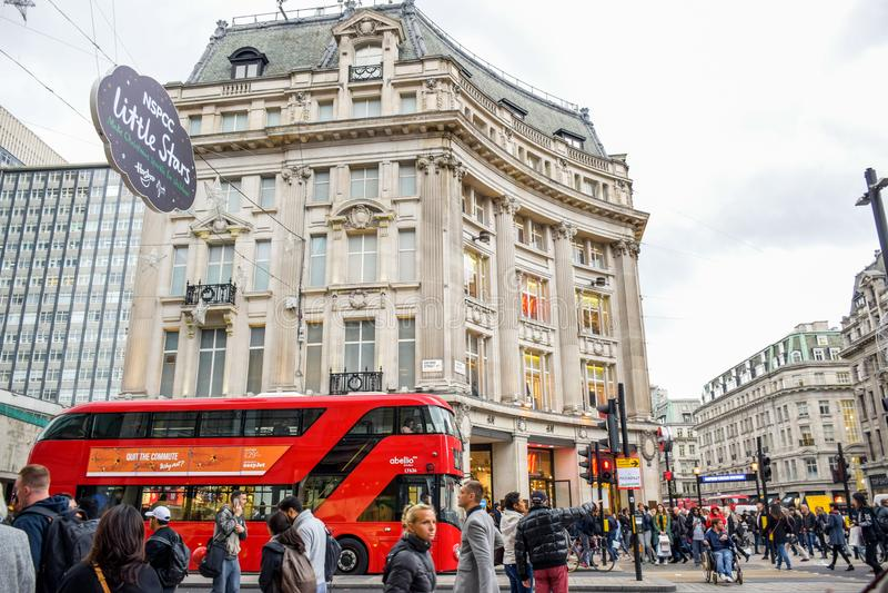 Turistas que pasan su tiempo en Oxford Street, la calle que hace compras más ocupada de la mayoría de la Europa de Londres, Reino foto de archivo