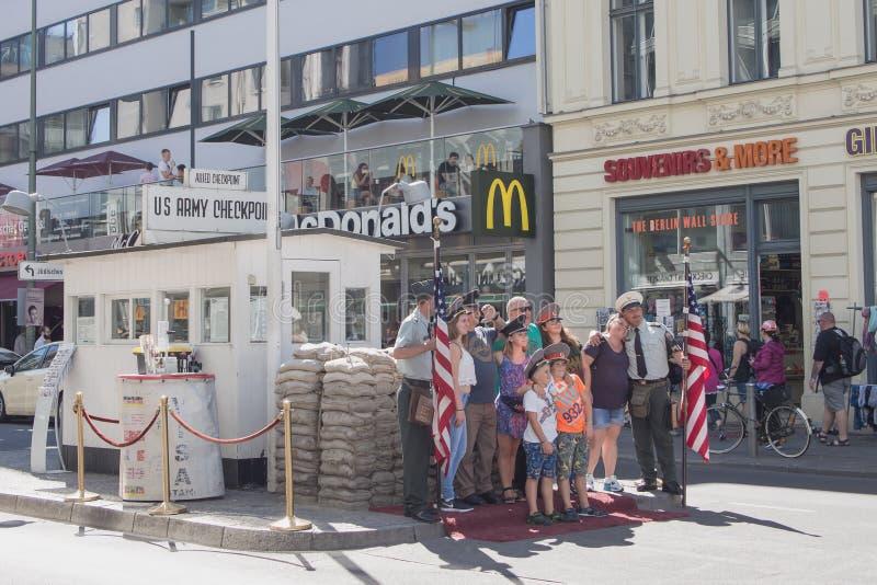 Turistas que presentan en el punto de control histórico Charlie In Berlin, Alemania del Ejército de los EE. UU. fotografía de archivo libre de regalías