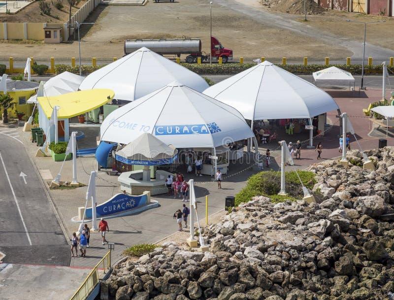 Turistas que salen de Curaçao imágenes de archivo libres de regalías