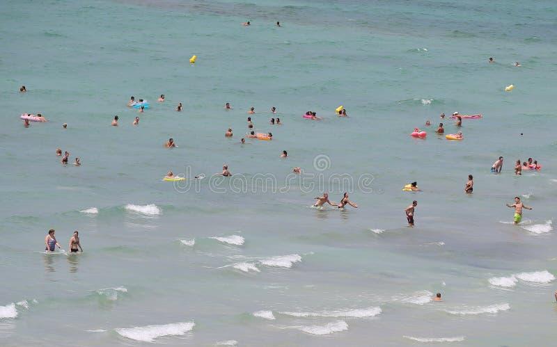 Turistas que se bañan y que nadan en la playa de Arenal en Mallorca fotografía de archivo libre de regalías