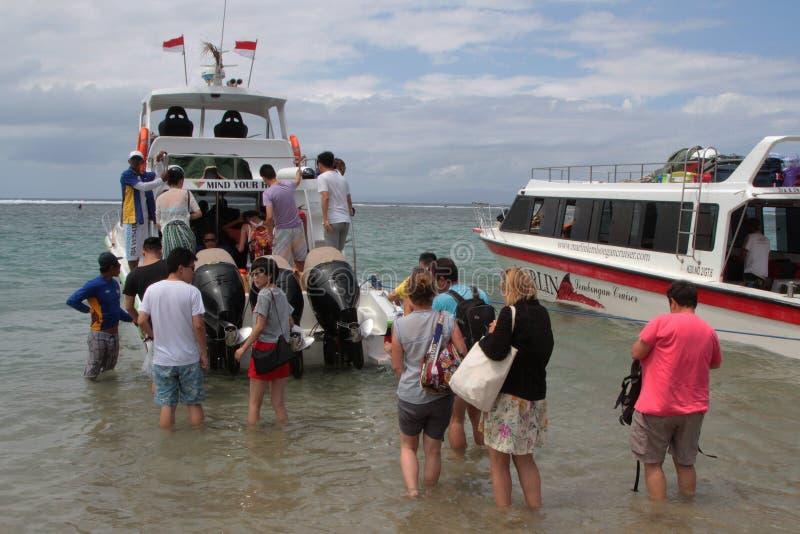 Turistas que suben en la playa imagen de archivo libre de regalías