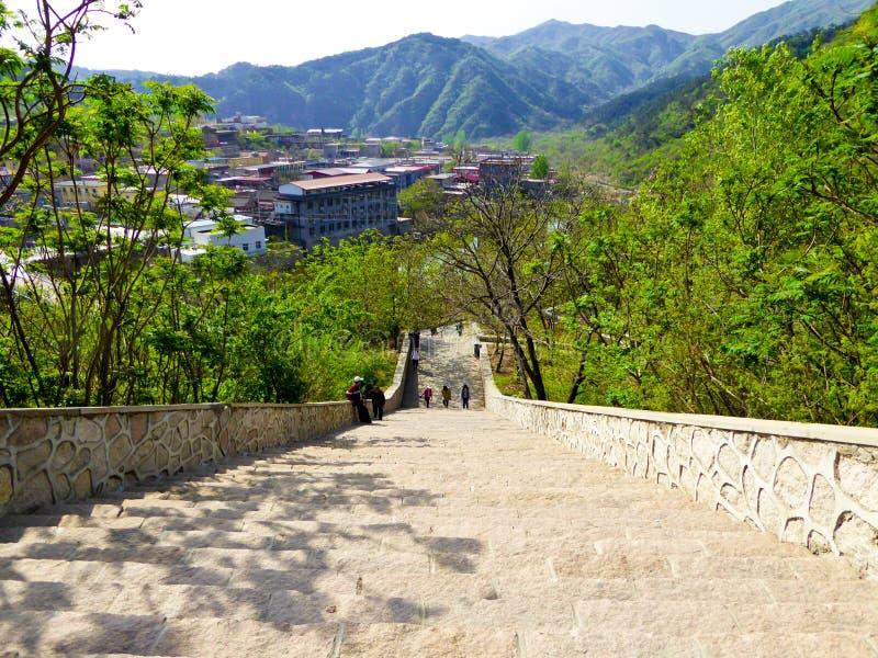 Turistas que suben la Gran Muralla de Huanghuacheng fotos de archivo libres de regalías
