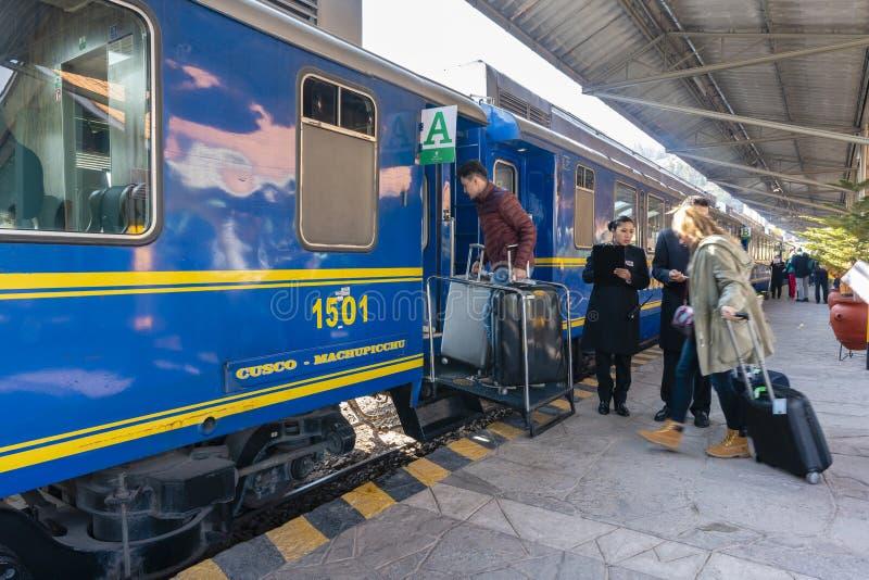 Turistas que suben a un tren a Machu Picchu imagen de archivo