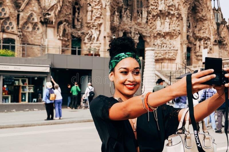 Turistas que tomam o selfie na frente de Sagrada Familia fotos de stock royalty free