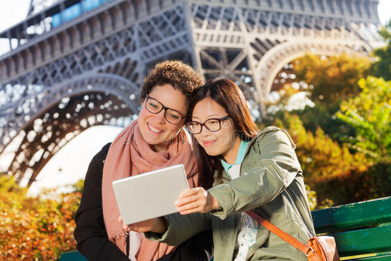 Turistas que toman el selfie contra la torre Eiffel imagenes de archivo