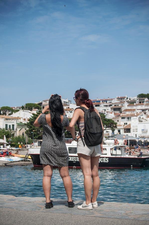 Turistas que toman la imagen del panorama de la costa con el teléfono foto de archivo libre de regalías