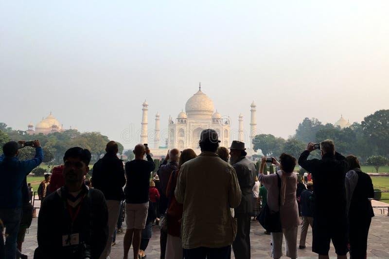 Turistas que toman las fotos de Taj Mahal imagen de archivo libre de regalías