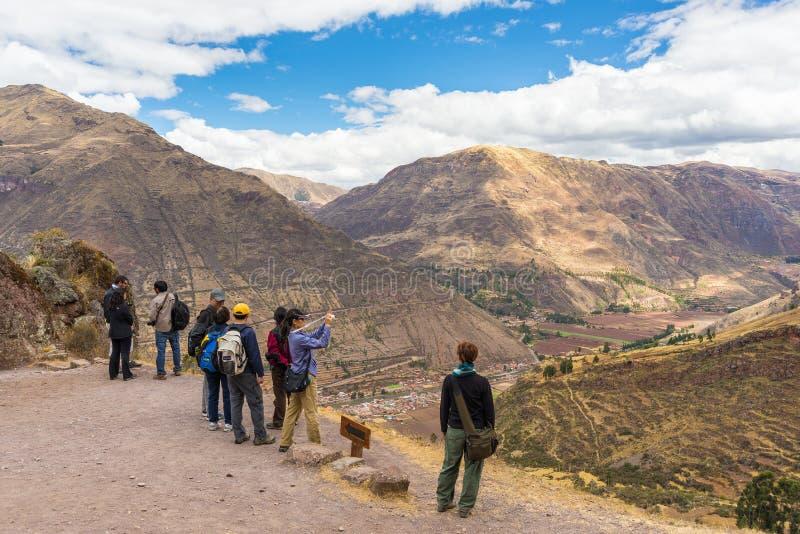 Turistas que toman las fotos en Pisac, valle sagrado, Perú fotografía de archivo