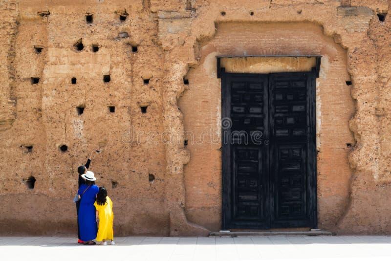 Turistas que toman un selfie delante de la pared antigua imágenes de archivo libres de regalías