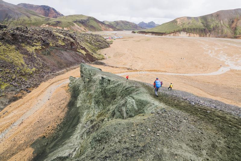 Turistas que trekking nas montanhas coloridas do parque nacional de Landmannalaugar, Islândia fotografia de stock royalty free