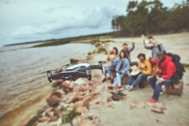 Turistas que usan el quadcopter en sus vacaciones foto de archivo libre de regalías
